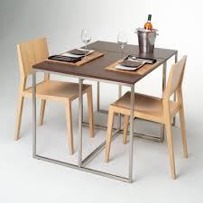 drewniany stół i krzesła