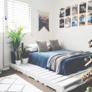 eleganckie łóżko z palet w pokoju